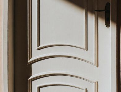 Cómo limpiar y recuperar el brillo de las puertas de madera